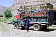 14.Malowana ciężarówka na drodze koło Bamyanu, fot. M. Gawęcki,1976