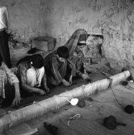 10.Turkmenka ucząca sztuki wiązania dywanów, Kaysar, fot. M. Gawęcki 1976