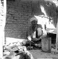 5.Hazar naprawiający rozbite pijałki na bazarze w Najaku, foto. M. Gawęcki, 1976
