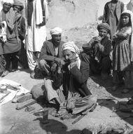 8.Hajdar, kowal produkujący drumle na bazarze w Kaysar, foto. M. Gawęcki, 1976